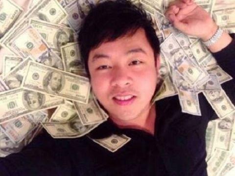 Không chỉ khoe tiền, Quang Lê còn khoe cả trăm tờ USD rải trên giường. - Tin sao Viet - Tin tuc sao Viet - Scandal sao Viet - Tin tuc cua Sao - Tin cua Sao