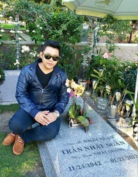 Quang Lê còn bị chỉ trích thiếu văn hóa, thiếu tôn trọng người đã khuất khi ngồi lên mộ nhạc sĩ quá cố -Nhật Ngân. - Tin sao Viet - Tin tuc sao Viet - Scandal sao Viet - Tin tuc cua Sao - Tin cua Sao