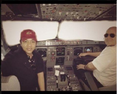 """Quang Lê còn từng nhận không ít chỉ trích khi """"xông"""" vào buồng lái chụp hình cùng phi công. - Tin sao Viet - Tin tuc sao Viet - Scandal sao Viet - Tin tuc cua Sao - Tin cua Sao"""