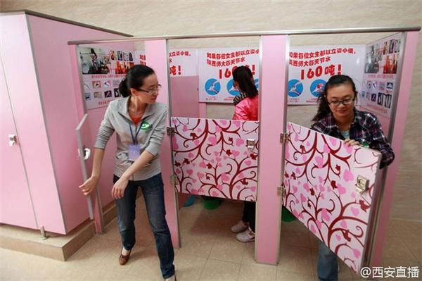 Không phải nữ sinh nào cũng thoải mái khi sử dụng nhà vệ sinh đặc biệt này.