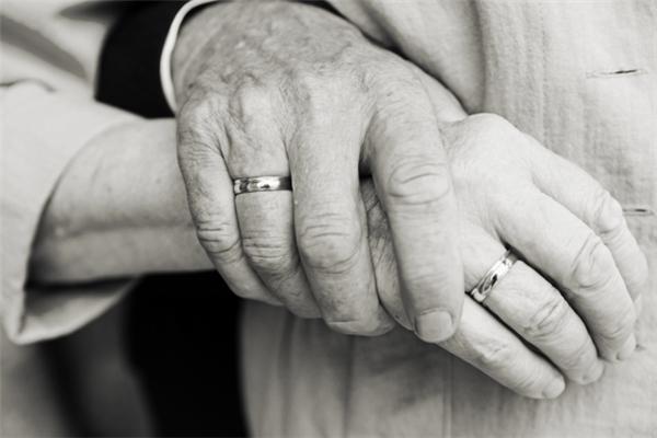 Những cặp đôi sẽ có ít nguy cơ gãy xương hơn khi về già. (Ảnh: Internet)