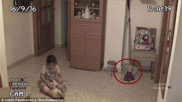 Con búp bê ngồi góc phòng thỉnh thoảng lại tự dưng chuyển động phần đầu mà không hề có sự tác động.