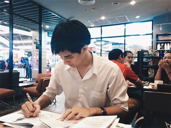 """""""Soái ca sơ mi trắng"""" thường đến các quán cafe để học tập."""