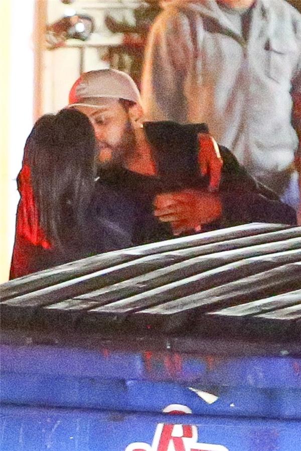 Selena Gomez ôm và hôn bạn trai cũ Bella Hadid trên phố lúc nửa đêm