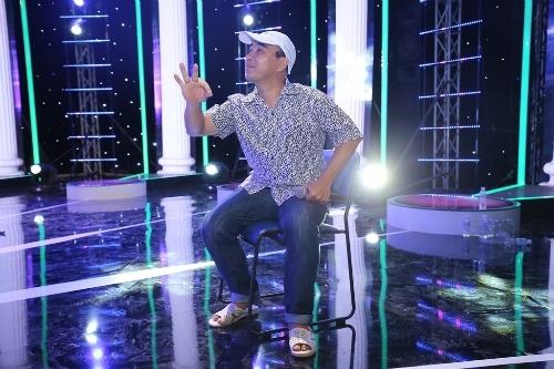 """MC Quyền Linh giản dị với đôi dép """"huyền thoại"""" khi đang tập chương trình. - Tin sao Viet - Tin tuc sao Viet - Scandal sao Viet - Tin tuc cua Sao - Tin cua Sao"""