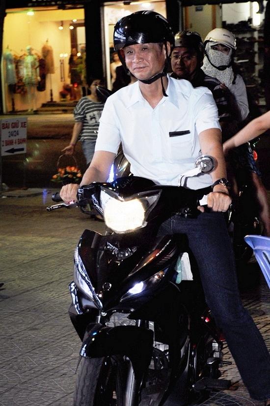 Lê Hoàng di chuyển đến một lễ trao giải bằng xe máy. - Tin sao Viet - Tin tuc sao Viet - Scandal sao Viet - Tin tuc cua Sao - Tin cua Sao