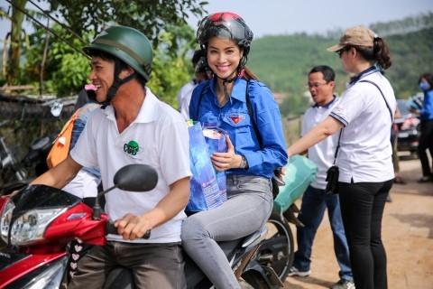 Phạm Hương được đưa đón bằng xe máy. - Tin sao Viet - Tin tuc sao Viet - Scandal sao Viet - Tin tuc cua Sao - Tin cua Sao