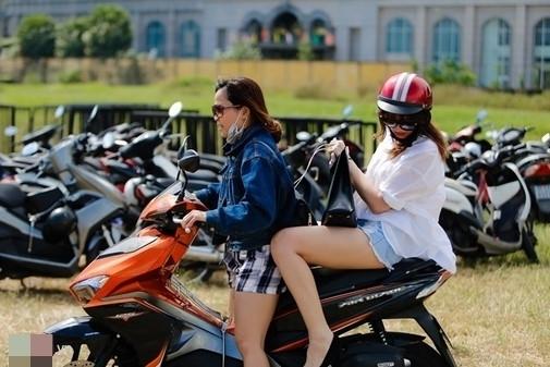 Hari Won đi tổng duyệt chương trình bằng xe máy. - Tin sao Viet - Tin tuc sao Viet - Scandal sao Viet - Tin tuc cua Sao - Tin cua Sao