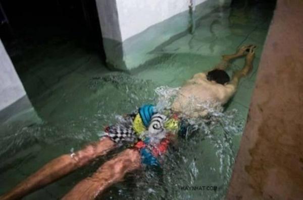 Mưa mà ngập nhà ngập cửa thì cứ tập bơi đi cho khỏe người.(Ảnh: Internet)