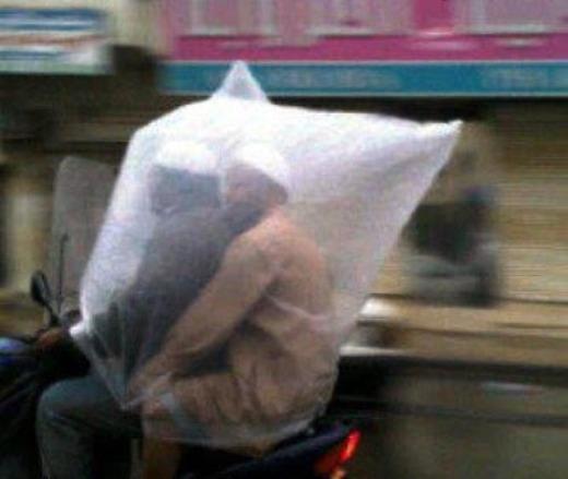 Giờ không cần tốn tiền mua áo mưa nữa rồi các anh em ơi, kiếm cái tui ni lông to thế này là đủ ấm rồi.(Ảnh: Internet)