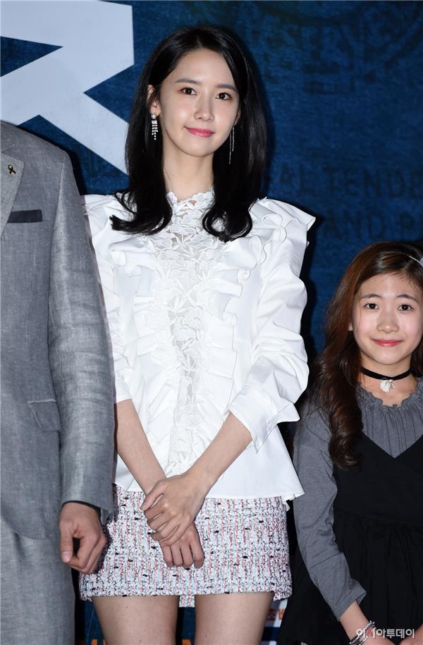 """Yoona như mọi khi vẫn """"đốn tim"""" mọi người bằng vẻ ngoài lung linh dù diện trang phục vô cùng đơn giản. Đây chính là lí do vì sao đến nay vẫn chưa có đàn em nào có thể thay thế danh hiệu """"nữ thần Kpop"""" của cô nàng."""