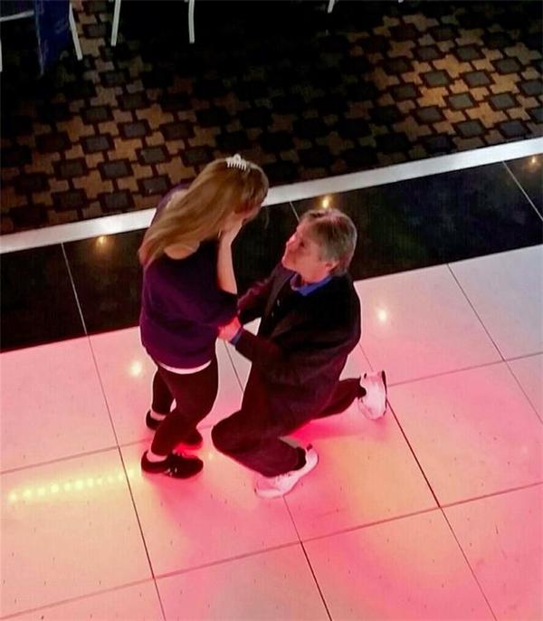 Chàng cầu hôn nàng thật lãng mạn. (Ảnh: Internet)