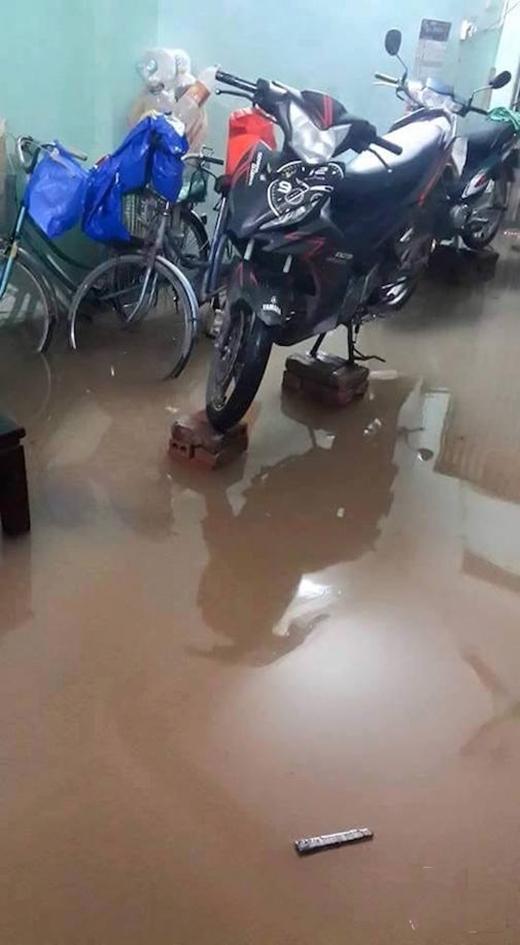 Anh chị em nào có xe máy thì nhớ kê cao không lại hỏng hóctốn tiền lắm. Đợi nước rút rồi hẵng hạ xuống để đi nhé.(Ảnh: Internet)