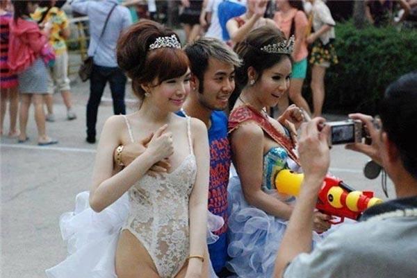 """Vào năm 2013, Akira Phan cũng gây xôn xao với hình ảnh đặt tay lên vòng một của một cô gái xinh đẹp khi chụp hình chung tại Thái Lan. Phân trần rằng không cố ý """"sàm sỡ"""" bạn gái trong hình ảnh như mọi người suy nghĩ, Akira Phan giải thích rằng khi đi xem show người chuyển giới ở Thái Lan đã bị chính những nhân vật này chèo kéo để chụp hình kỉ niệm cũng như tự động cầm tay của quan khách để đặt vào ngựcmình. - Tin sao Viet - Tin tuc sao Viet - Scandal sao Viet - Tin tuc cua Sao - Tin cua Sao"""