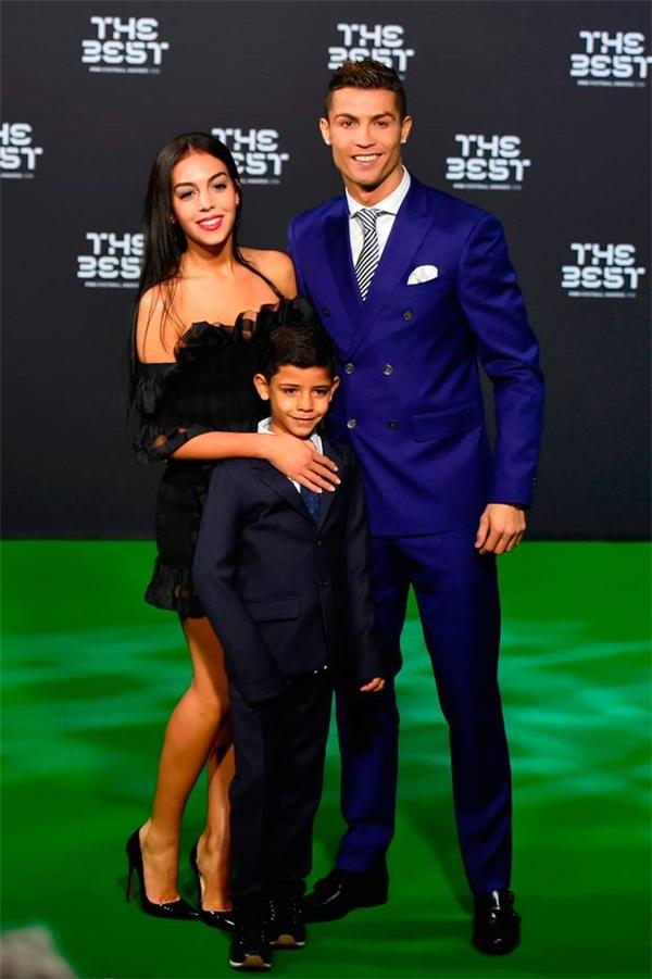 Cả 3 cùng nhau xuất hiện và tạo dáng chụp ảnh tại Lễ trao giải FIFA 2016 và trông họ không khác gì một gia đình nhỏ ấm cúng.