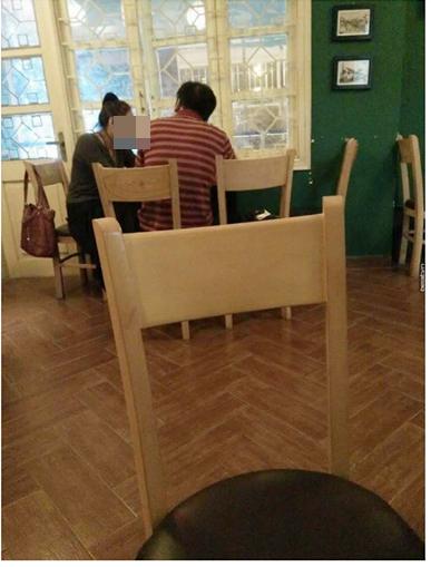 Anh và chị ngồi trong một quán cà phê nhỏ...(Ảnh: Beatvn)