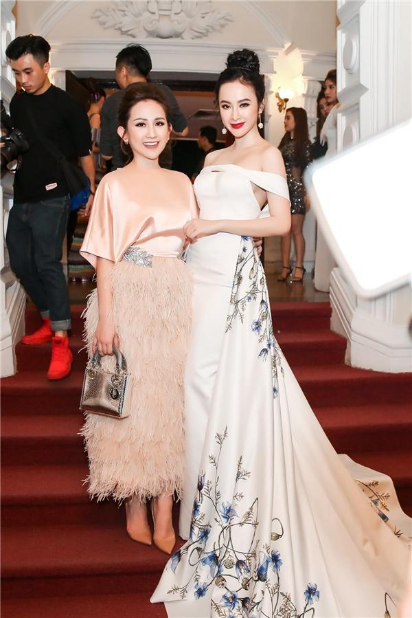 Tình cờ gặp gỡ fashionista Trâm Nguyễn, cả hai dành thời gian trò chuyện vui vẻ với nhau trước giờ chương trình bắt đầu. - Tin sao Viet - Tin tuc sao Viet - Scandal sao Viet - Tin tuc cua Sao - Tin cua Sao