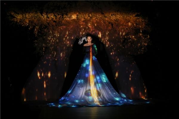 Nữ ca sĩ Thu Minh đảm nhiệm vị trí vedette cho bộ sưu tập. Cô diện bộ váy ôm sát khoe đường cong với những chi tiết voan, lưới dựng phom 3D. Thu Minh cũng trình diễn một ca khúc trước khi sải bước trên sàn diễn.