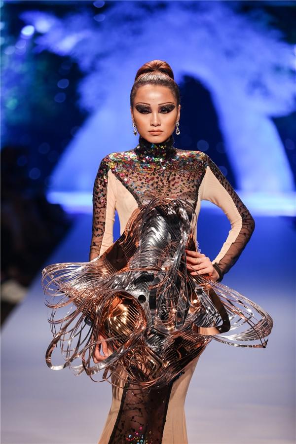 Hoa hậu Diễm Hương cũng được nhà thiết kế Quỳnh Paris chọn trình diễn một thiết kế nằm trong bộ sưu tập cuối khá cầu kì về phom dáng, chất liệu lẫn cách phối màu sắc.