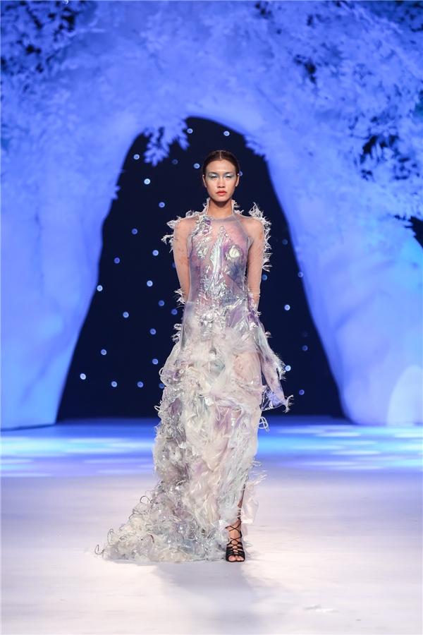 Người mẫu mở màn cho bộ sưu tập thứ 2 là Quán quân Vietnam's Next Top Model 2014 Nguyễn Oanh.