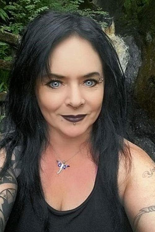 Trong khi đang đi dạo quanh khu rừng hẻo lánh tại Slieveanorra, hạtAntrim, Bắc Ireland, cô Maxine Caulfield (49 tuổi) đột nhiên thấy chú chó của mình dừng lại. Mắt của nó hướng chằm chằm khá lâu về một phía.