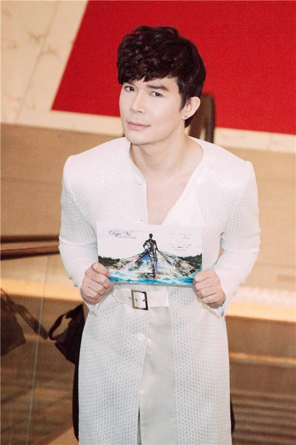 Nathan Lee diện áo dài trắng ấn tượng đi xem thời trang