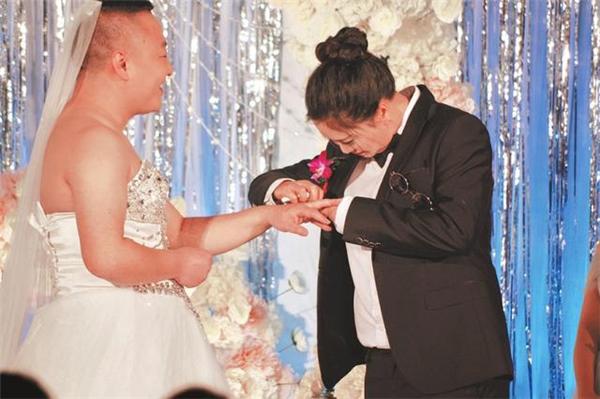 """Cặp đôi người Trung Quốc """"tráo vai"""" trong hôn lễ.(Ảnh: Internet)"""