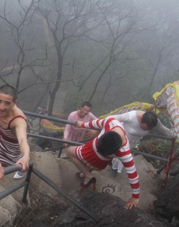 5 ông chồng mặc váy, đi giày cao gót leo núi vì vợ.(Ảnh: Internet)