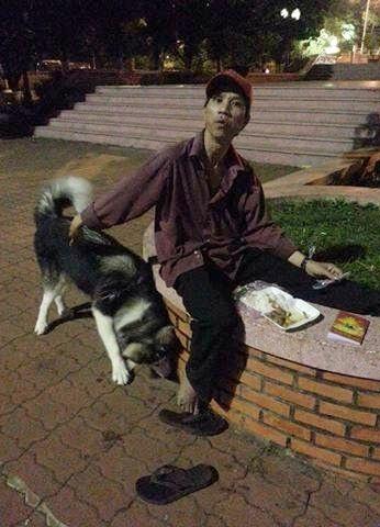Hộp cơm không có gì nhiều nhưng chú không ngại chia sẻ với chú chó. (Ảnh: B.B.)
