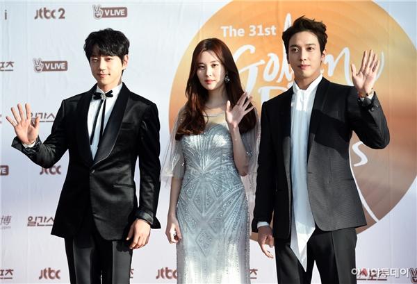 Seohyun, Yonghwa và Hwang Chi Yeol là 3 MC chính của sự kiện năm nay