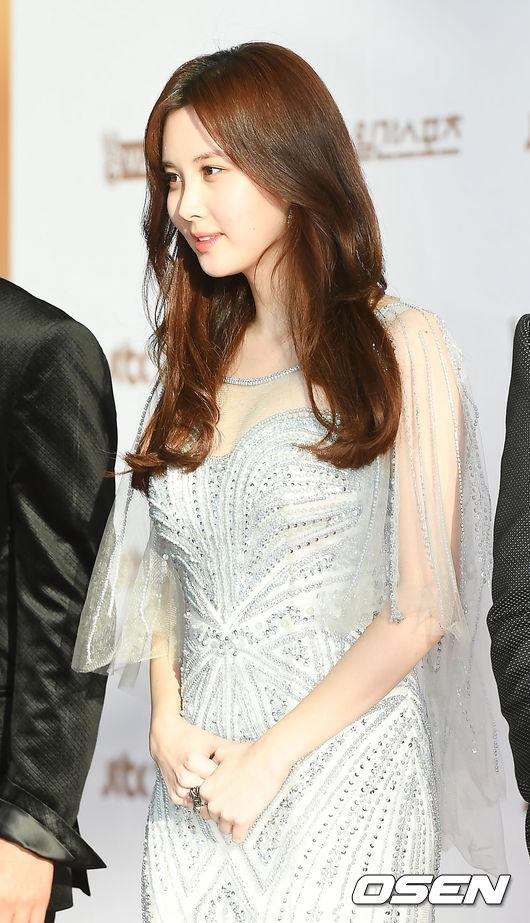 """Em út SNSD, Seohyun, ngày càng xinh đẹp và quyến rũ. Sắp tới, cô nàng sẽ khiến làng nhạc Kpop """"chao đảo"""" với sản phẩm âm nhạc """"đánh lẻ"""" đầu tay. Trước khi trực tiếp đối đầu với Suzy trên sân khấu, cả hai """"đụng độ"""" tại thảm đỏ lễ trao giải Grammy Hàn Quốc hôm nay."""