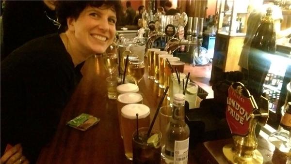Sau một năm không chi tiêu cho những thứ không cần thiết, Michelle quyết địnhđãi bạn bè mình một chầu bia.