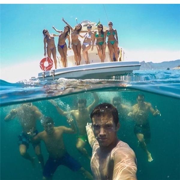 """Đây được coi là tấm hình mở màn cho trào lưu chụp ảnh """"over-under"""" ở biển, khi được đăng lên với nội dung """"Tấm ảnh selfie xịn nhất chưa từng thấy!""""."""