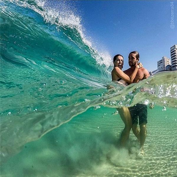 Hoặc đơn giản chỉ là cảnh nghịch sóng ở bãi biển nào đó.