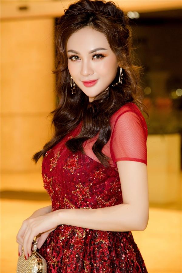 Kelly chọn chiếc váy ren đỏ nổi bật trong sự kiện.