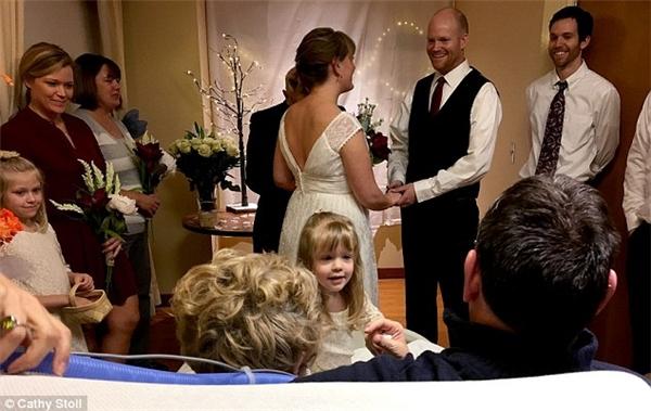 Chỉ trong vài giờ ngắn ngủi, mọi người phải nhanh chóng hoàn tất việcchuẩn bị cho hôn lễ.