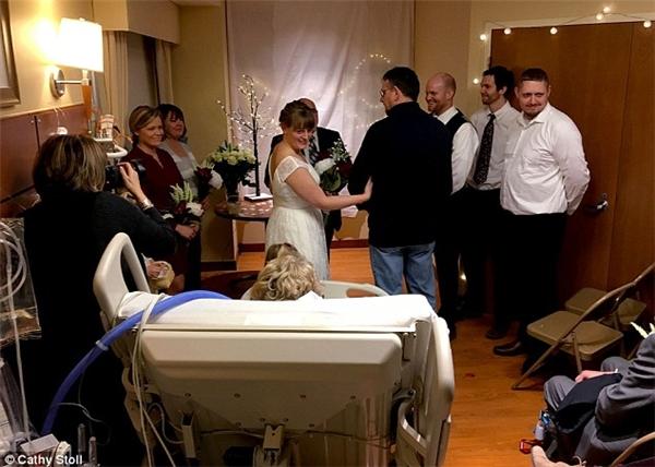 Cưới chạy bên giường bệnh trước khi mẹ qua đời vì căn bệnh ung thư