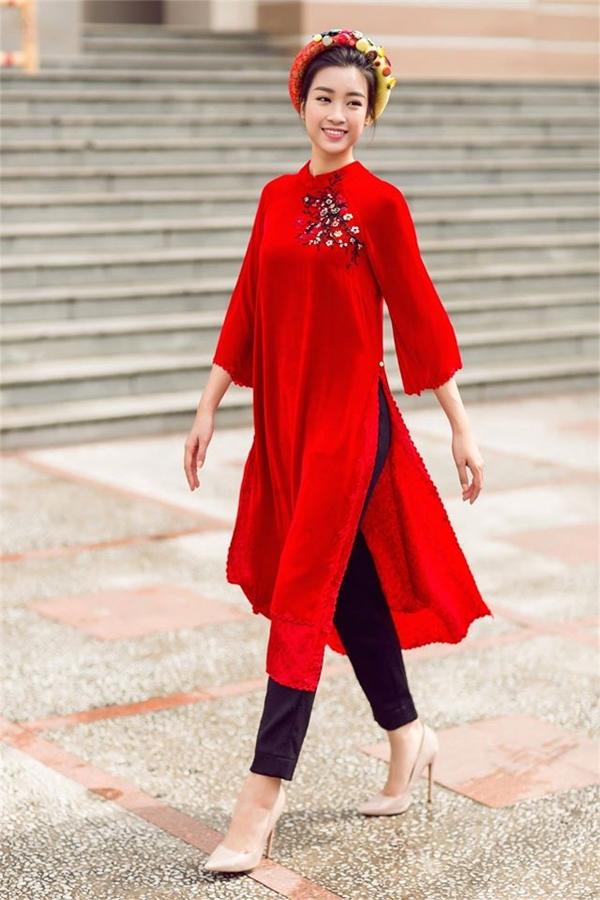 Hoa hậu Việt Nam 2016 Đỗ Mỹ Linh là một trong những mỹ nhân tích cực lăng xê áo dài trong khoảng thời gian gần đây. Vóc dáng thanh mảnh của cô vô cùng phù hợp với tà áo vốn được xem là một trong những đặc trưng tiêu biểu cho vẻ đẹp của người phụ nữ Việt Nam truyền thống.