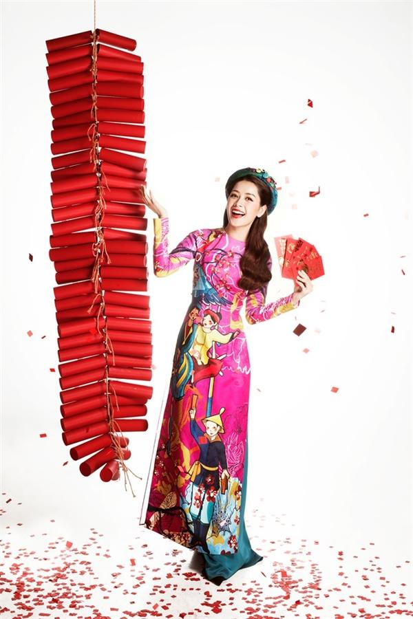 Chi Pu tái hiện nét đẹp của tranh dân gian Việt Nam trên nền vải gấm màu hồng thẫm ngọt ngào, dễ gây ấn tượng ngay từ cái nhìn đầu tiên.