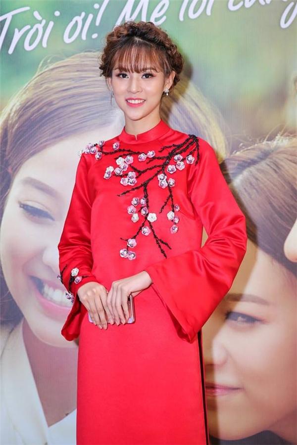 Phí Phương Anh mang cả mùa xuân lên tà áo với sắc đỏ rực tươi mới kết hợp họa tiết hoa đào đặc trưng của miền Bắc.