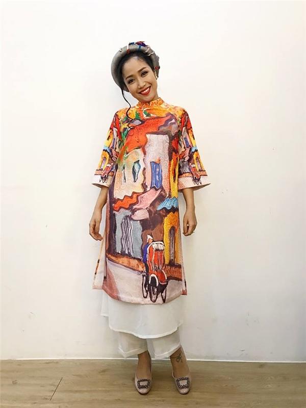 Ốc Thanh Vân duyên dáng với tà áo tái hiện nghệ thuật tranh sơn dầu.