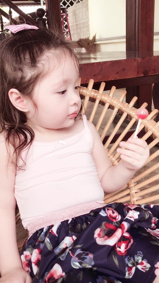 Cadie Mộc Trà đốn tim fan với loạt biểu cảm đáng yêu khi mút kẹo - Tin sao Viet - Tin tuc sao Viet - Scandal sao Viet - Tin tuc cua Sao - Tin cua Sao