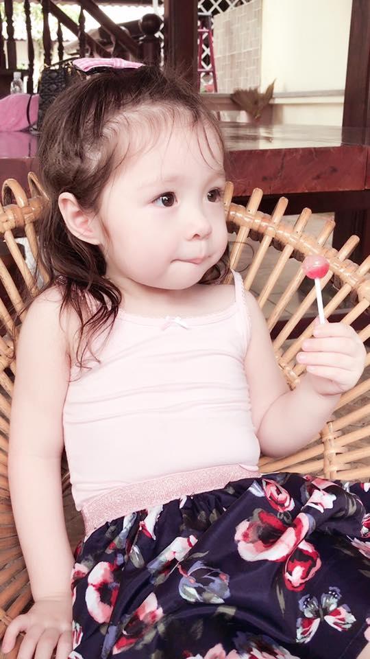 """Gương mặt bánh bao, đôi mắt tròn xoe và biểu cảm thích thú khi ăn kẹo mút của Cadie khiến trái tim của nhiều người """"tan chảy"""". - Tin sao Viet - Tin tuc sao Viet - Scandal sao Viet - Tin tuc cua Sao - Tin cua Sao"""