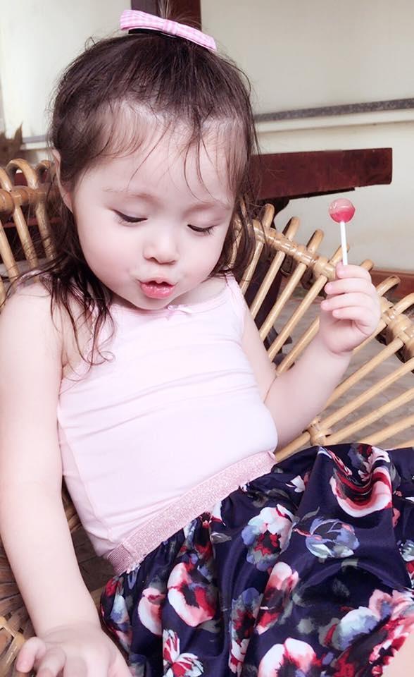 Cadie Mộc Trà cực đáng yêu khi ăn kẹo mút - Tin sao Viet - Tin tuc sao Viet - Scandal sao Viet - Tin tuc cua Sao - Tin cua Sao