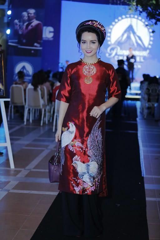 Nữ diễn viên Mai Thu Huyền thanh lịch với áo dài cách tân có họa tiết gà trống hợp mốt trong năm 2017 này. - Tin sao Viet - Tin tuc sao Viet - Scandal sao Viet - Tin tuc cua Sao - Tin cua Sao