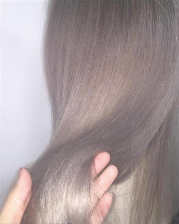 Màu nâu sương mù tạo được hiệu ứng 3D giúp mái tóc có chiều sâu, phản chiếu ánh sáng tốt hơn giúp máitóc trông bóng khỏe, óng mượt.
