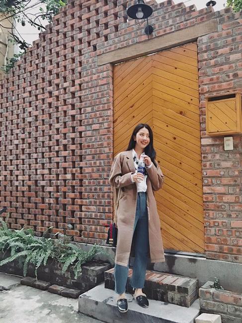 Đối lập với street style miền Nam, cô nàng Quỳnh Anh Shyn khởi đầu ngày mới phấn khởi với bộ cánh ấm áp, đơn giản mà phóng khoáng cho set đồ gồm: sơ mi trắng, quần jean ống suông kết hợp với áo khoác oversized bên ngoài và dép lông cá tính hợp thời.