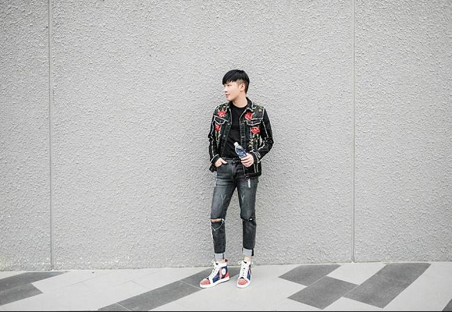 Bộ đồdenimcá tính được tạo điểm nhấn bằng đôi giày sneaker màu sắc nổi bật vừa đem lại vẻ nam tính, mạnh mẽ và cá tính vô đối cho chàng stylist mặc gì cũng đẹp này.