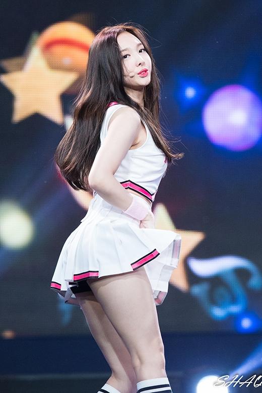 Trông bộ váy trắng, ngắn cũn, Nayeon vừa trẻ con vừa vô cùng quyến rũ.