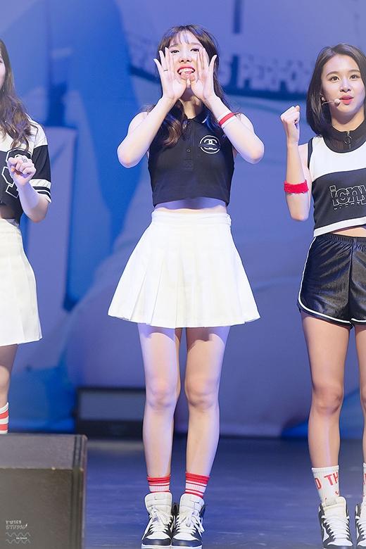 Dù diện áo crop-top và váy ngắn trông Nayeon vẫn gợi cảm theo cách đáng yêu của riêng cô nàng.
